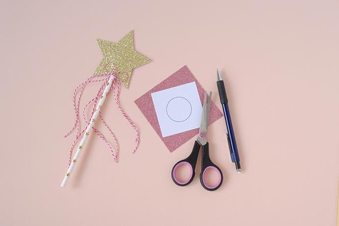 7. A l'aide du gabarit, découper 1 cercle dans la feuille de papier glitter rose poudré.