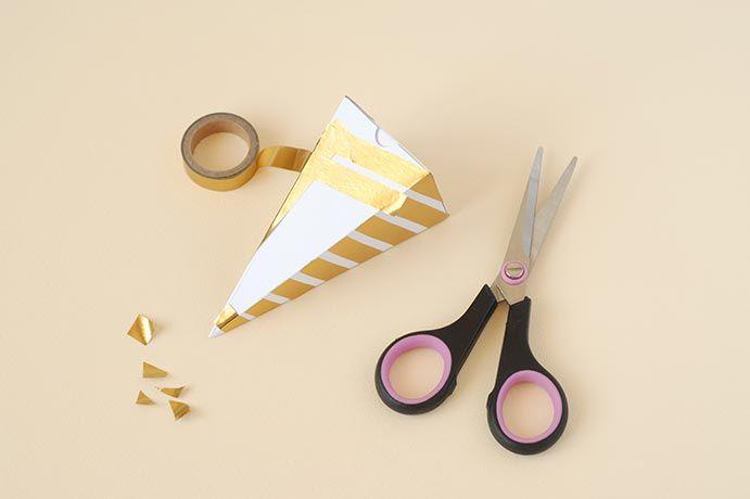 3. Enrouler le masking tape tout autour du cône en diagonale.