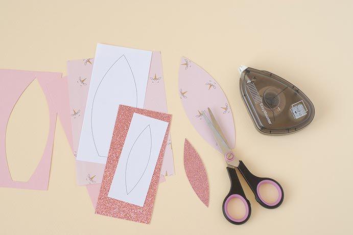 4. A l'aide des gabarits, découper : • 2 oreilles dans le papier licorne • 2 oreilles dans le papier rose blush • L'intérieur des oreilles dans le papier glitter rose poudré