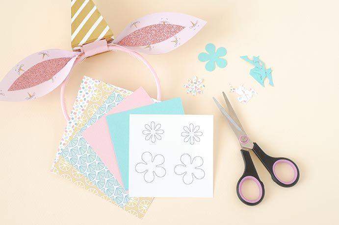 6. A l'aide des gabarits, découper des fleurs dans les différents papiers : bleu piscine, rose blush et le papier de la collection.