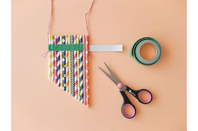 6. Poser et enrouler un ruban de tissu adhésif à 1,5 cm du haut des pailles.