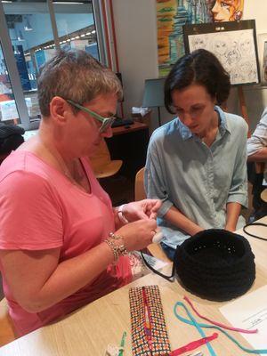 Anne du Cultura Bayonne animait cet atelier crochet et nous montrait les techniques de base avec passion !