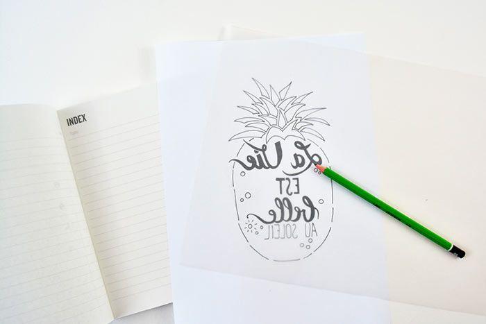 1. Télécharger et imprimer le gabarit du lettering sur cultura.com. Reproduire le motif par transparence sur un papier calque avec un crayon à papier.