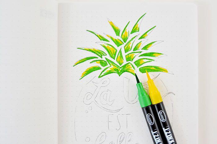 3. Colorer les feuilles de l'ananas avec les feutres jaune et vert en créant des nuances pour donner du relief.