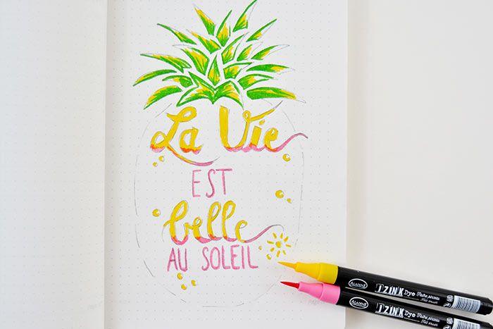 4. Colorer le lettering avec les feutres jaune et rose en créant des nuances pour donner du relief au texte. Colorer également les petits détails du motif.