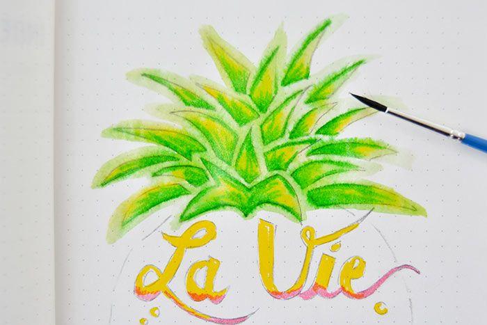 5. Humidifier un pinceau et diluer l'encre du feutre sur les feuilles de l'ananas. Déborder la couleur pour créer un contour plus nuancé.