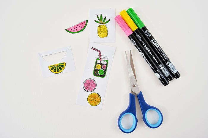2. Colorer les motifs avec les feutres rose, jaune et vert. Découper soigneusement le contour des motifs.