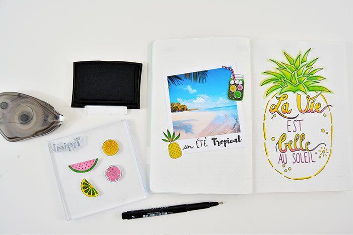 1. Coller une photo souvenir et la personnaliser d'un titre. Coller les stickers décoratifs autour de la photo.