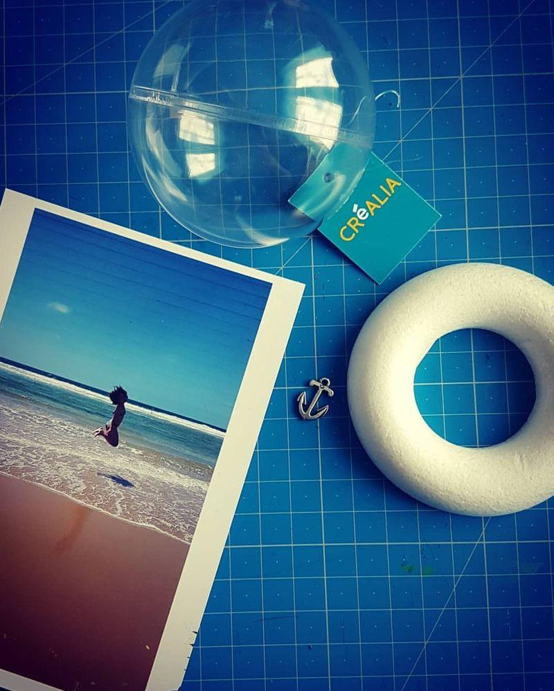 1 boule Créalia 7cm, 1 anneau styropore 8cm, une photo, du sable souvenir, du papier, de la colle...