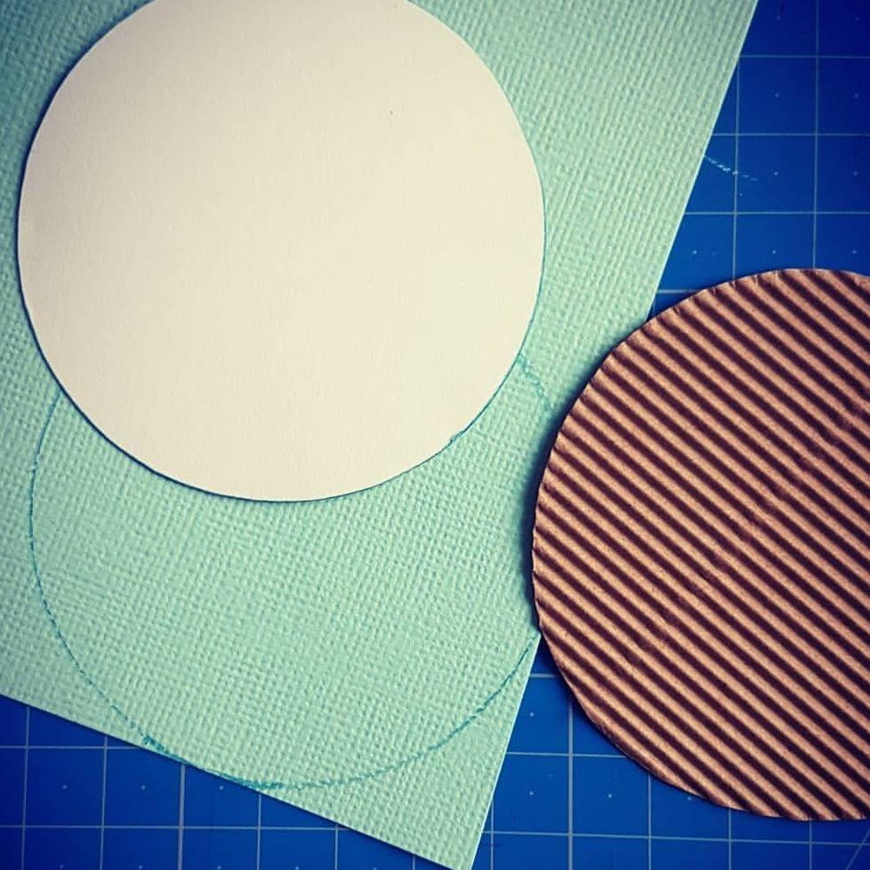 Se servir de la photo comme gabarit pour découper des ronds dans différents papiers...