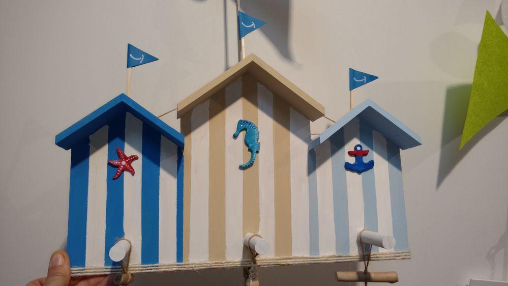 Une petite patère faite avec des peintures acryliques bleu mer ,ficelle et bleu ciel et blanc entre chaque . Les bandes sont faites à partir du ruban de masquage . Les petits sujets sont faits en plastiroc avec les emportes pièce mer puis peint avec de la peinture acrylique.