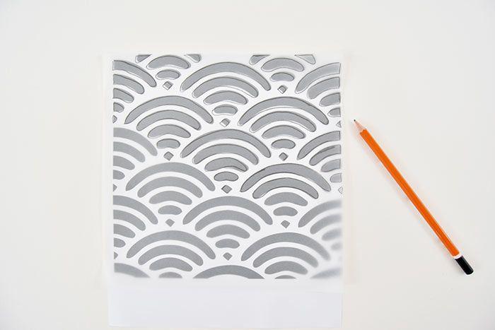 1. Télécharger et imprimer les gabarits sur cultura.com. Découper un carré de papier calque de 21 x 21 cm et reproduire le motif par transparence avec un crayon à papier.
