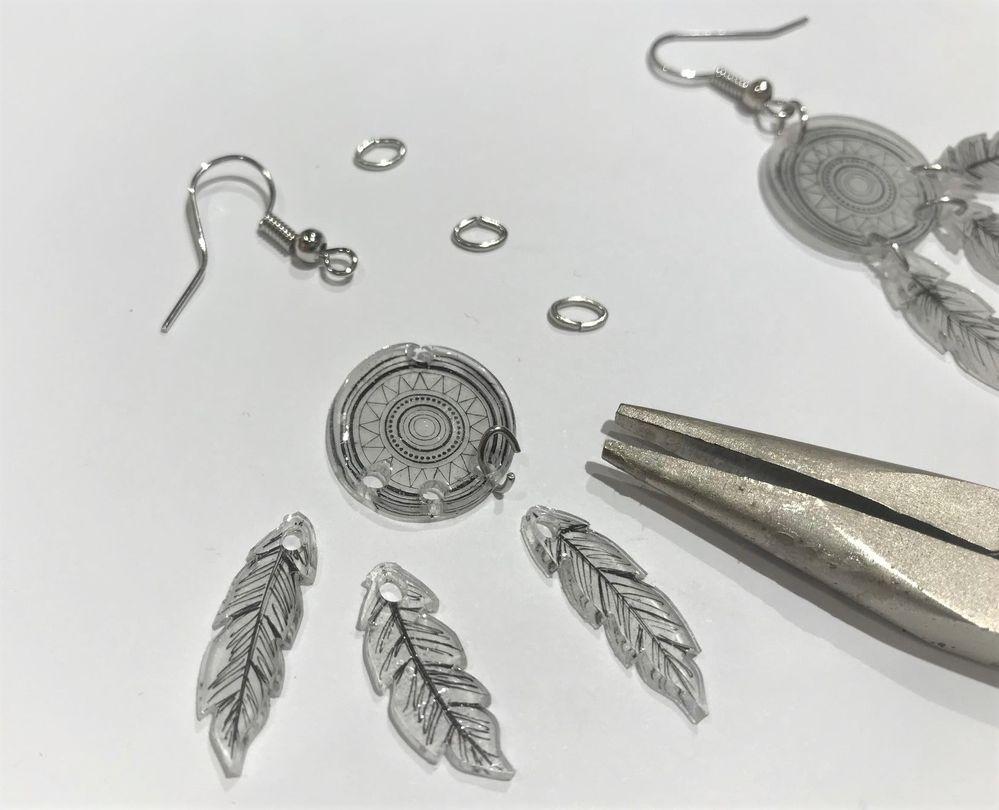 A l'aide des pinces à bijoux assembler les différentes parties avec les anneaux de jonction.