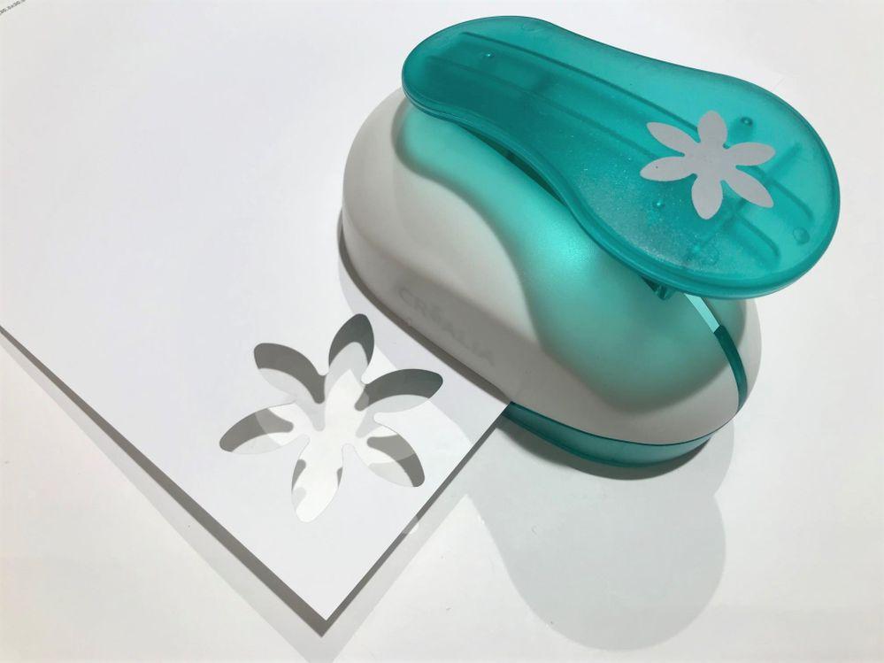Perforer 2 motifs par fleur dans les différents papiers de couleur