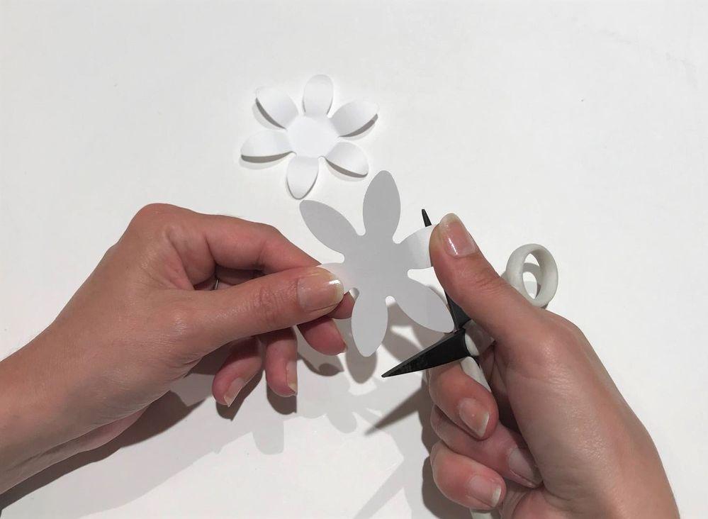 A l'aide d'un ciseaux glisser les pétales entre votre pouce et le ciseaux pour courber chaque pétales, puis replier chaque pétales vers l'intérieur