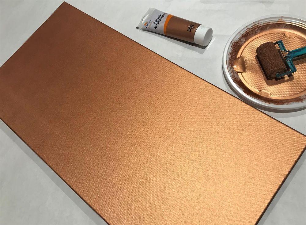 Peindre la toile en couleur cuivre avec le rouleau, 2 couches et sécher