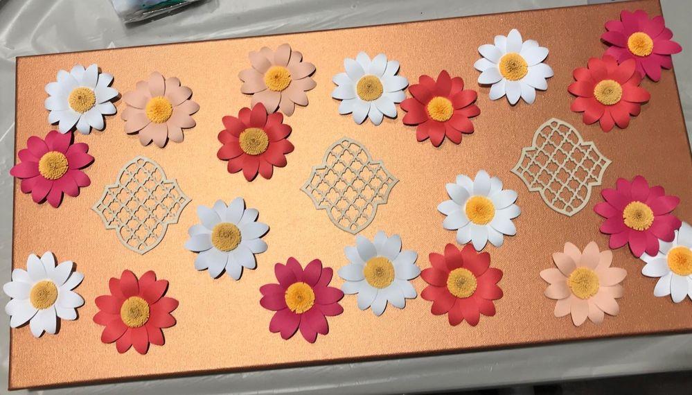 Disposer les tuiles en bois et les fleurs puis coller