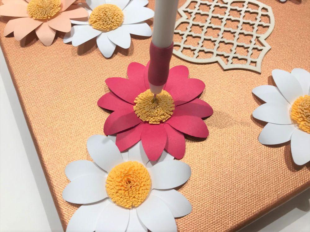 Ouvrir et pré-percer le coeur des fleurs avec le pic de la pince à quilling