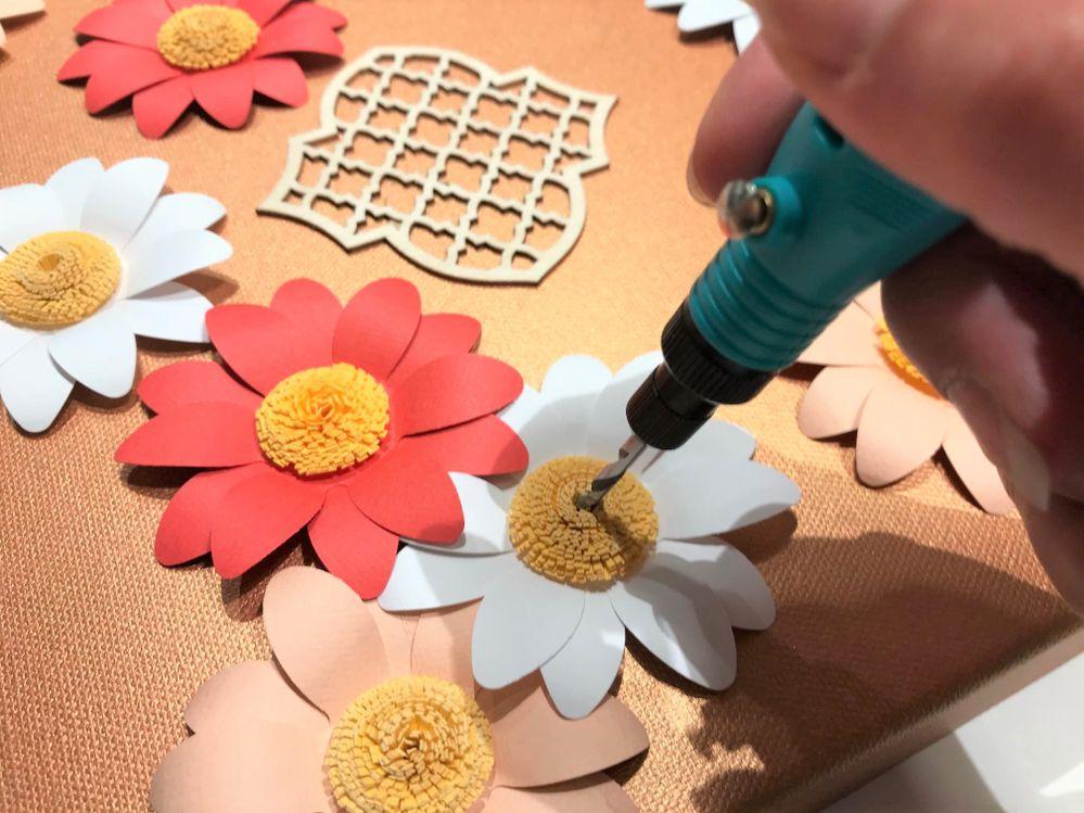 Perforer la toile au centre des fleurs avec l,outil à percer