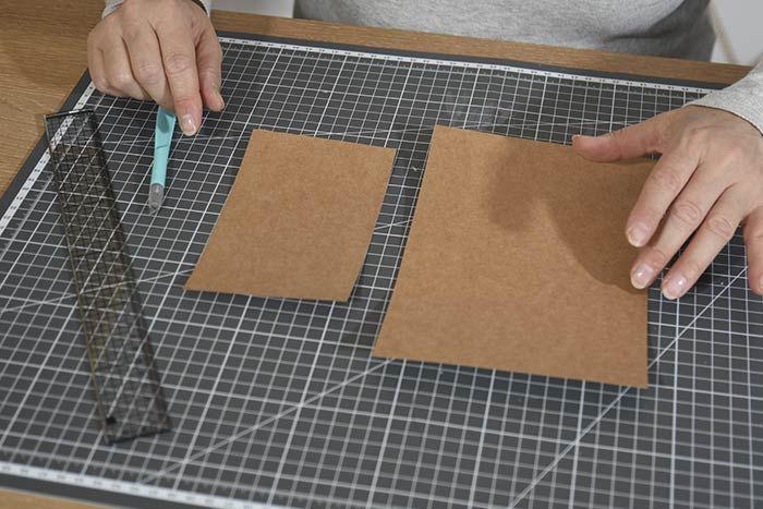 ETAPE 1/8 Télécharger, imprimer et découper les gabarits des sapins, étoile et maison. Pour créer la base des cartes, découper 20 bandes de 16 x 10 cm et 4 bandes de 22 x 15 cm dans le papier kraft. Les plier en deux pour obtenir des cartes doubles de 8 x 10 cm et 11 x 15 cm.