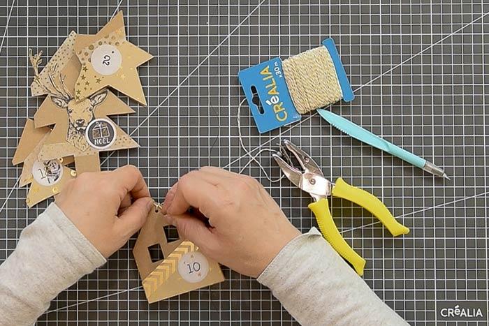 ETAPE 5/8 Percer le côté droit des cartes à l'aide de la perforatrice pince et nouer une longueur de ficelle pour fermer chaque carte.