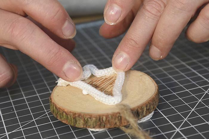 ETAPE 5/14 Coller le premier motif obtenu sur un rondin de bois. Laisser sécher. Coller le second au dos.