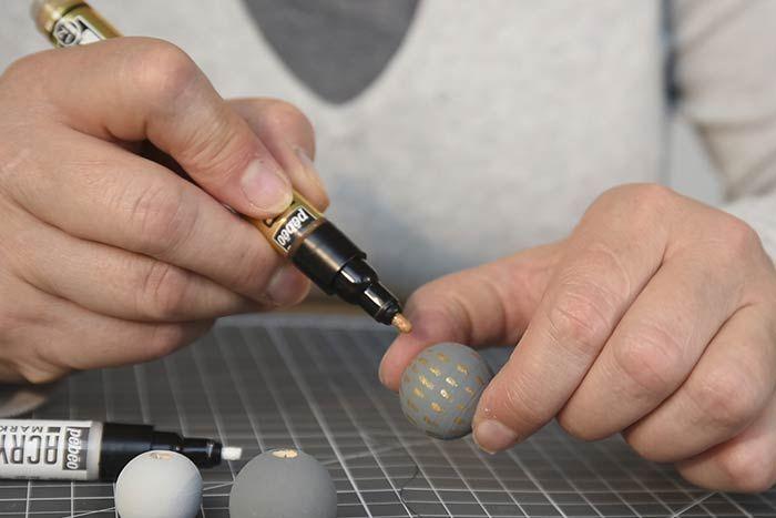 ETAPE 7/14 Pour personnaliser les perles, dessiner des motifs graphiques avec les marqueurs.