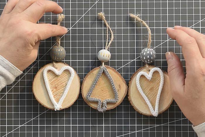 ETAPE 8/14 Insérer des perles en bois peintes pour finaliser la décoration des suspensions.