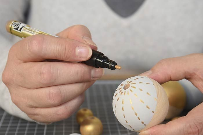ETAPE 10/14 Pour personnaliser les perles, dessiner des motifs graphiques avec les marqueurs.