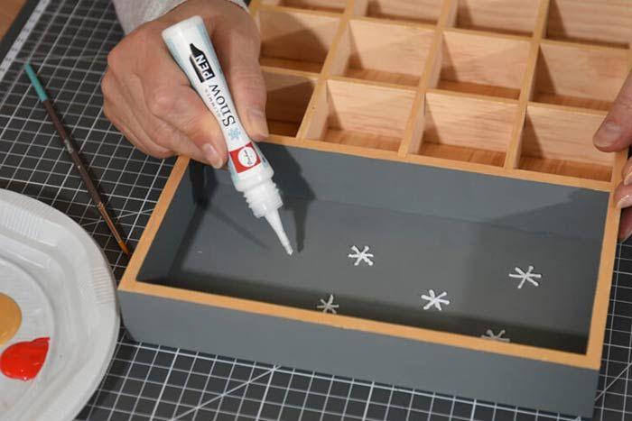 Décoration de l'intérieur du calendrier 1. Dessiner des constellations en relief à l'aide du stylo snow pen mica. Apporter des petites touches dorées par endroits. Laisser sécher.