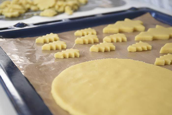 Découper dans la pâte un disque de la taille de l'assiette de présentation. A l'aide des emporte- pièces « sapin » et « camionnette » du kit, découper des biscuits. Varier les tailles de sapins en utilisant un grand emporte-pièce « sapin ».