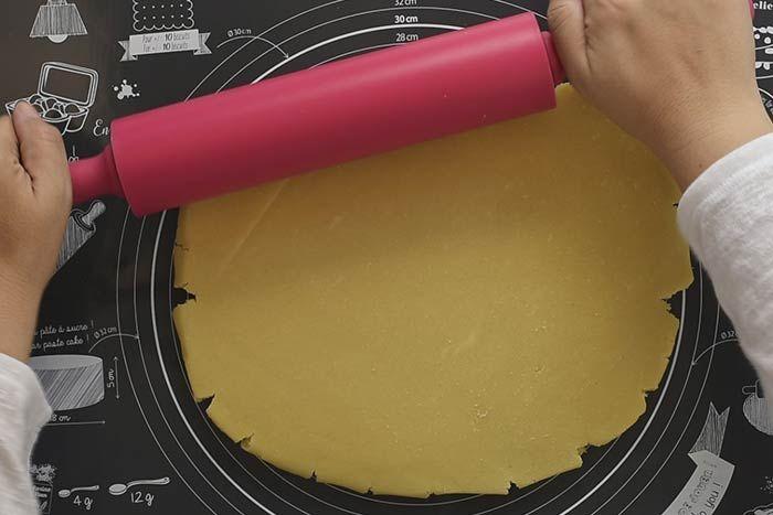 Préparation des biscuits Préparer une recette de pâte à biscuit sablé comme indiqué sur l'emballage du Kit Biscuits Vintage. Etaler la pâte sur le tapis en silicone. 