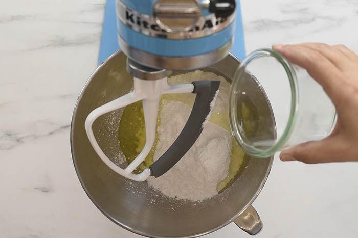 Recette du Glaçage :  Mélanger au batteur ou avec un fouet électrique 25 grammes de sucre glace et un blanc d'œuf. Astuce : ajouter quelques gouttes de citron pour aromatiser le glaçage. Battre au moins 2 à 3 minutes à vitesse maximum pour obtenir un mélange bien blanc.