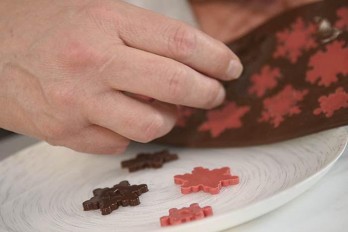 Démouler délicatement les flocons en chocolat.