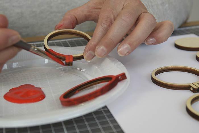 Peinture des tambours Dévisser l'attache de chaque mini tambour et peindre les cercles en bois en rouge. Laisser sécher. 