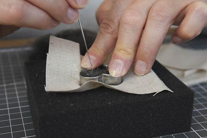 Piquer la laine à l'aide de l'aiguille à feutrer jusqu'à obtenir un motif homogène. Retirer l'emporte-pièce.