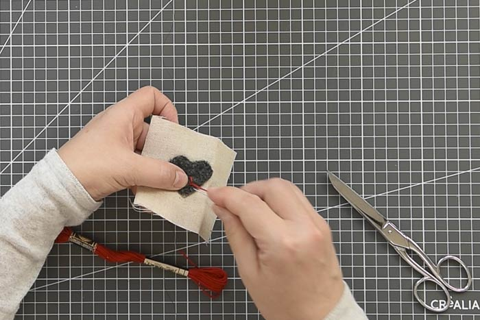 Décoration des motifs Réaliser un motif de broderie simple sur le motif feutré ou le restant de tissu (étoile, flocon, points avant, points de nœud, point de croix …) avec le fil mouliné rouge ou blanc.