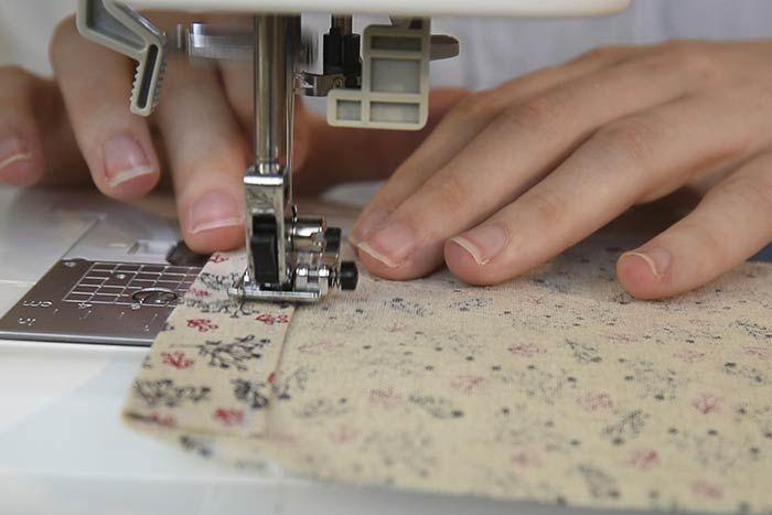 Pour créer la fente passe-rubans, plier C vers D vers E en suivant les lignes du patron, repasser et coudre à 0,2 cm du bord.
