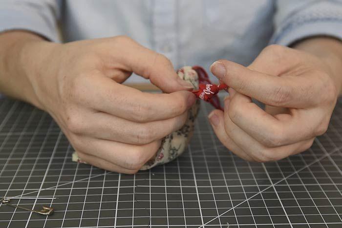 Nouer les extrémités de rubans qui dépassent de part et d'autre de chaque fente. Le sachet est prêt.