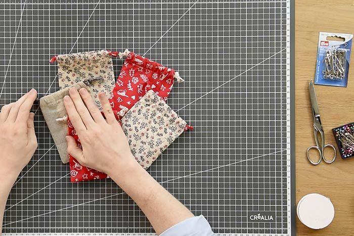 Réaliser 21 sachets en tissu en suivant les étapes expliquées précédemment avec les différents tissus de la collection.