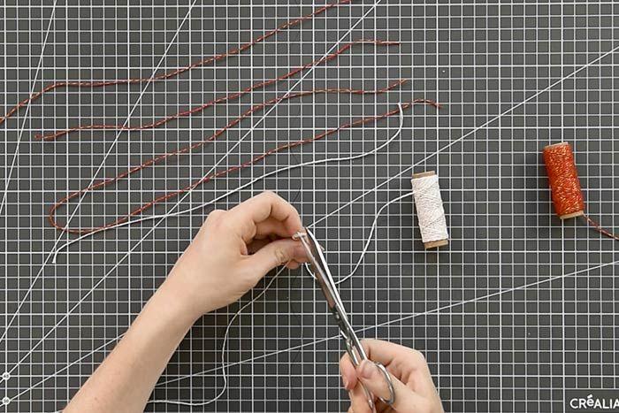Couper 24 longueurs de ficelles bicolores en variant les dimensions (30 cm à 50 cm).