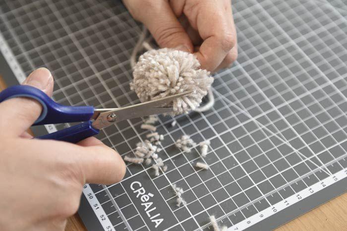 ETAPE 2/8 2. Couper très courts les brins de laine pour créer un petit pompon de 2 à 3 cm.