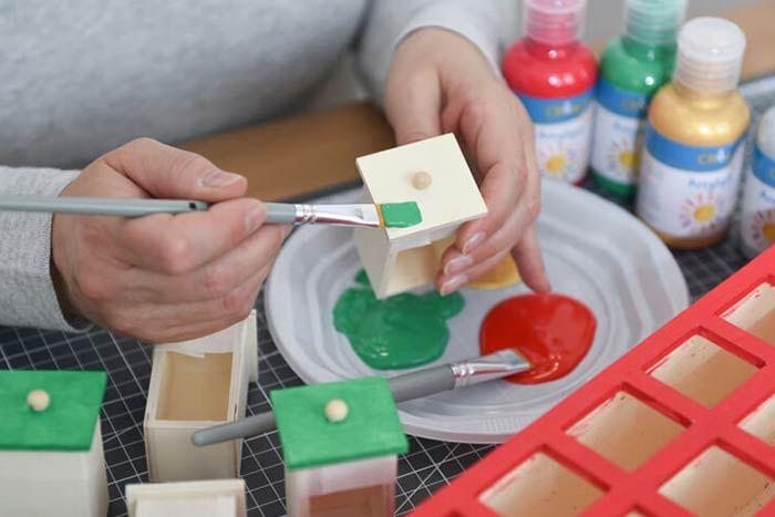 ETAPE 1/8 Peinture du calendrier Retirer tous les tiroirs et en peindre 8 en vert. Peindre en rouge le contour du calendrier. Laisser sécher. 