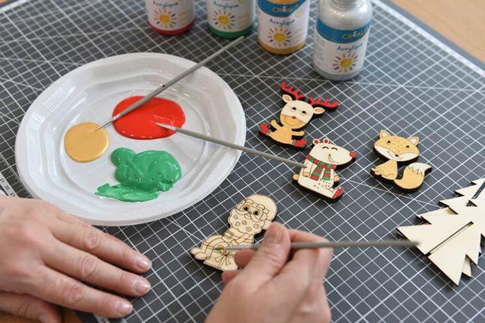 ETAPE 2/8 Peinture des éléments décoratifs Peindre minutieusement les personnages et le sapin avec les différents coloris de peinture. Laisser sécher. 