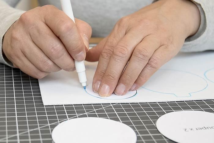 ETAPE 2/8 Reporter les différentes parties des gabarits au dos des feuilles de feutrine et feuilles de mousse à l'aide d'un feutre. Découper. Conseil : Harmoniser les couleurs et mixer les matières mousse et feutrine pour un rendu unique. 