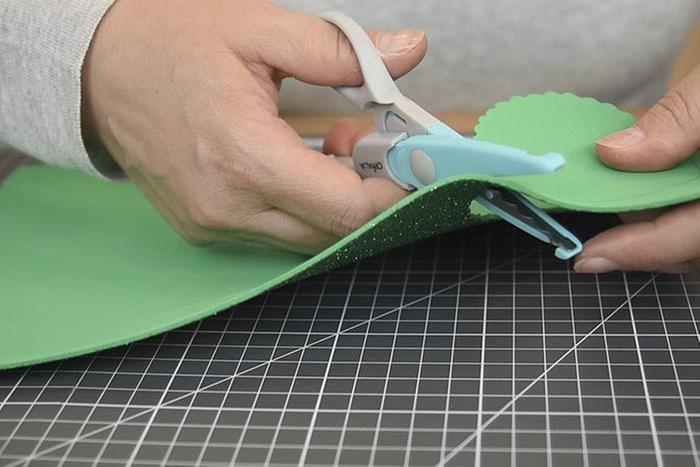 ETAPE 3/8 Idée + : Choisir des ciseaux cranteurs pour découper les ronds dans les feuilles de mousse.