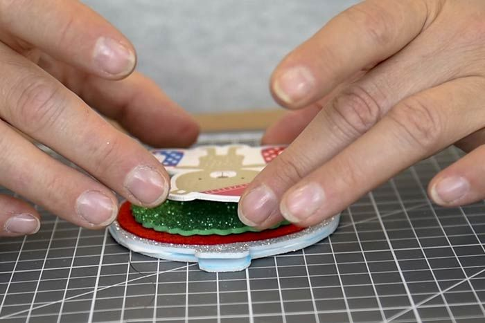 ETAPE 6/8 Finaliser la décoration en collant au centre un accessoire décoratif. Laisser sécher.