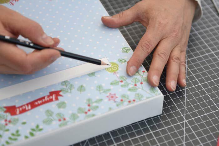 ETAPE 6/8 Décoration des tiroirs  1. Encoller les boutons de colle blanche et saupoudrer de paillettes. Laisser sécher. Conseil : Nettoyer le surplus de paillettes à l'aide d' un pinceau sec.