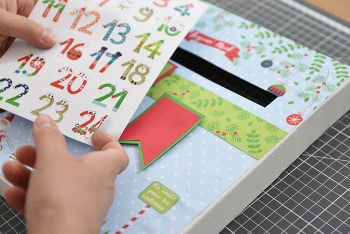 ETAPE 8/8 Finitions Coller les personnages et le sapin sur le calendrier. Laisser sécher.
