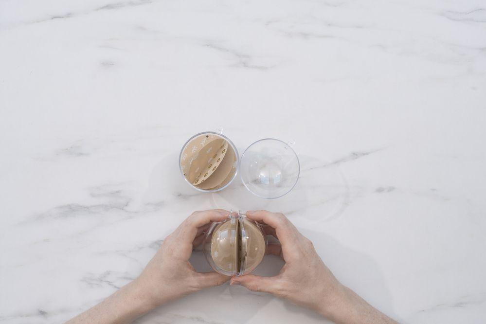 6 - Placer les boules de papier (ou du sel et du poivre) dans les boules transparentes et fermer.
